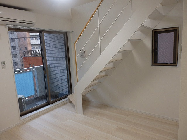 401号室グルニエ階段です